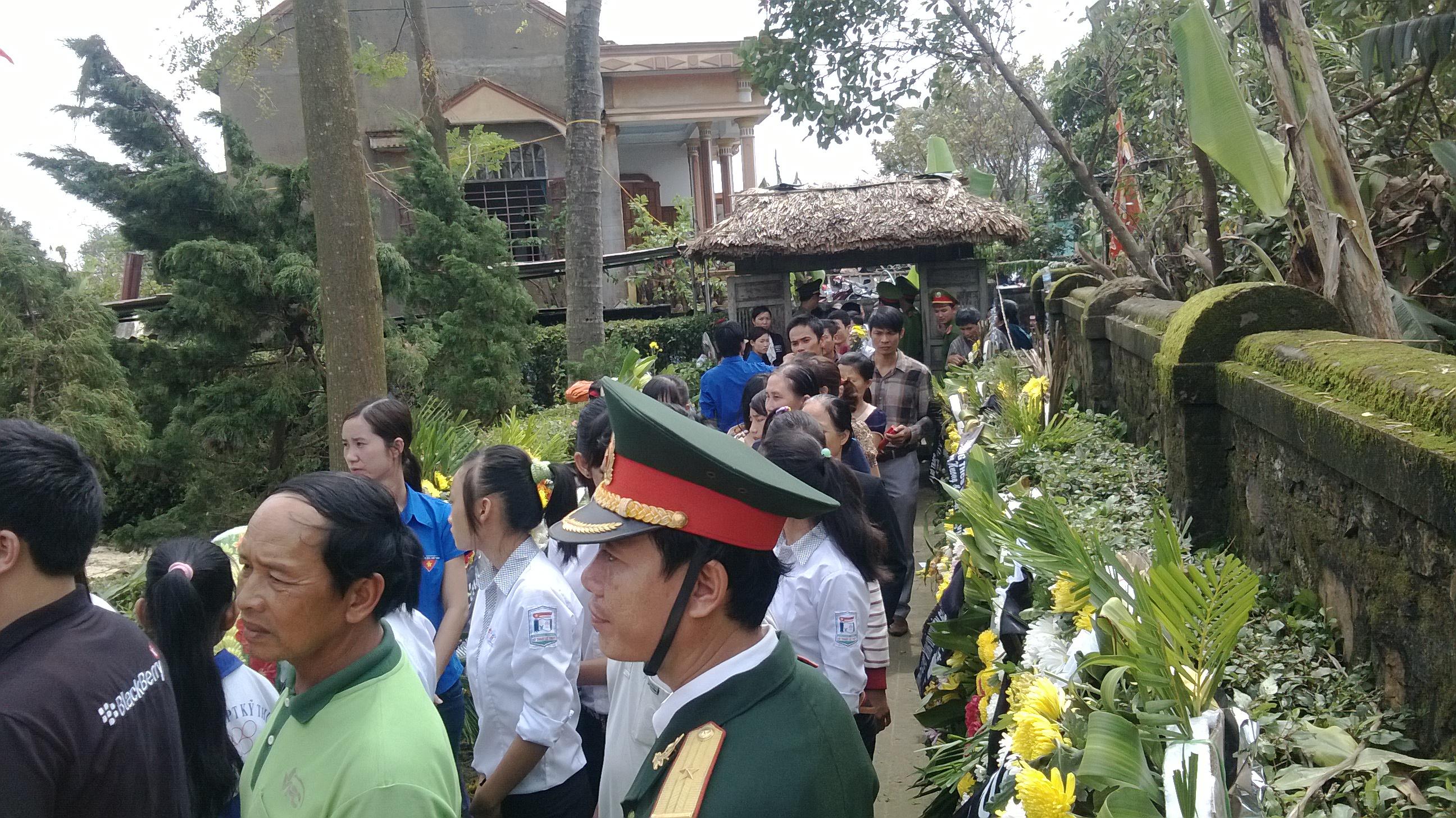 Dòng người nối dài trướng cổng nhà Đại tướng.