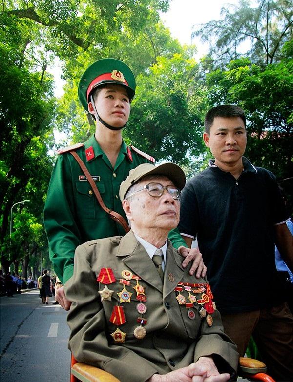 Cảnh vệ đưa người cựu chiến binh vào viếng Đại tướng.