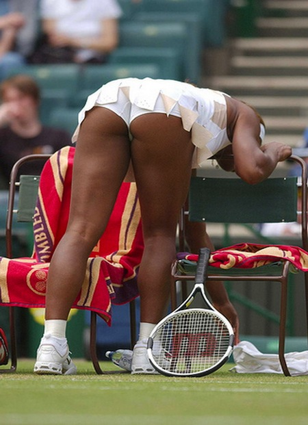 """Serena Williams vô tư """"phơi mông"""" trước bàn dân thiên hạ"""