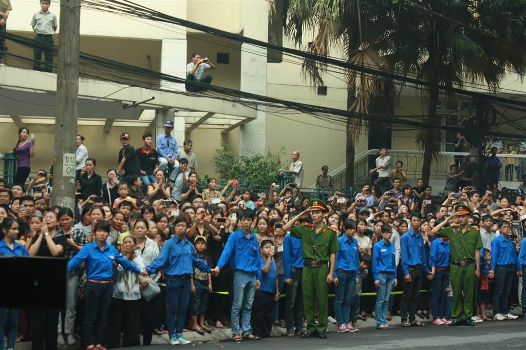 Hàng vạn người dân đứng dọc những con phố di quan Đại tướng.