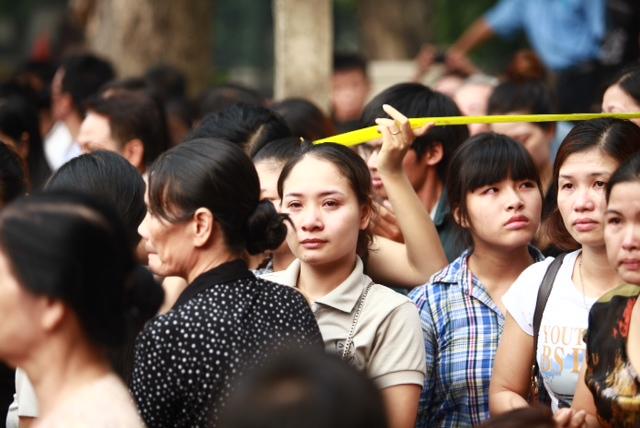Nước mắt lăn dài trên má nữ sinh viên tình nguyện