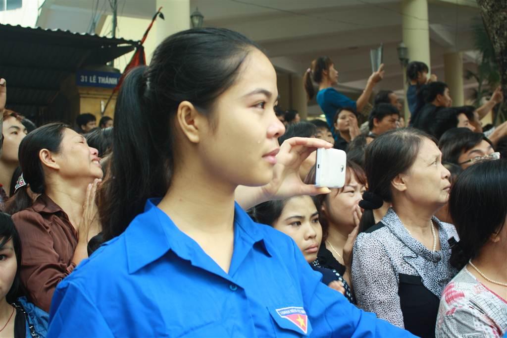 Nước mắt lăn dài trên má cô gái áo xanh...