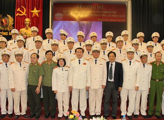 Các đồng chí đại biểu, lãnh đạo Bộ Công an cùng các đồng chí được thăng cấp bậc hàm cấp Tướng CAND năm 2012.