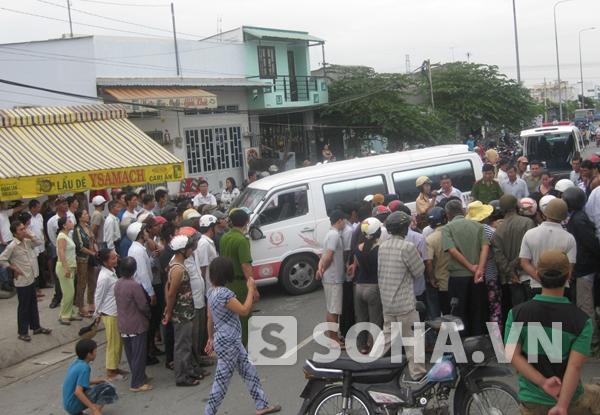 Hàng trăm người dân tụ tập theo dõi vụ việc