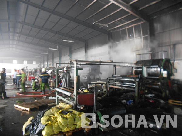 Nhiều máy móc và hàng hóa trong nhà xưởng bị cháy đen