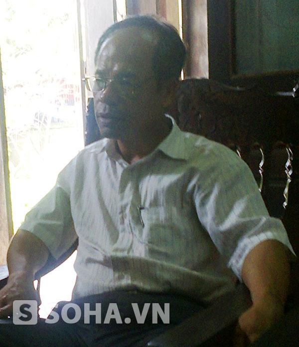 Ông Trần Quang Lưu - Trưởng Công an xã Việt Đoàn trao đổi với PV