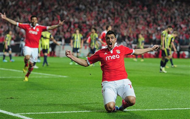 Sự tỏa sáng của Cardozo đã cứu nguy cho Benfica