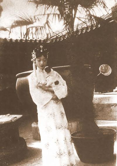 Trong tài liệu được Tôn Diệu Đình, vị thái giám cuối cùng của triều đại phong kiến ghi chép lại thì để quên đi những ấm ức trong đời sống chăn gối lạnh nhạt, hoàng hậu trẻ tuổi sa đà vào sở thích khỏa thân.