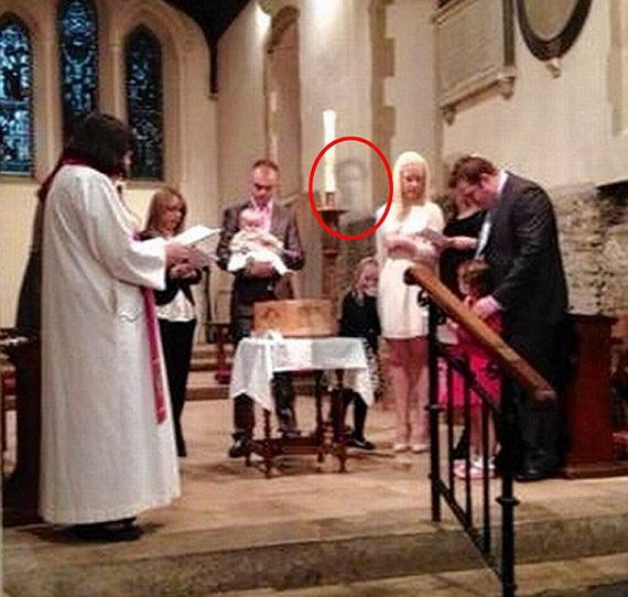Giật mình phát hiện hồn ma của chồng tại lễ rửa tội