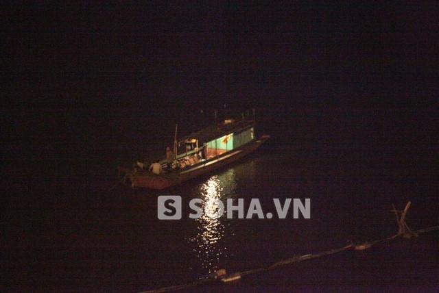 Thuyền tìm kiếm nạn nhân được chia ra khắp mặt sông Hồng.
