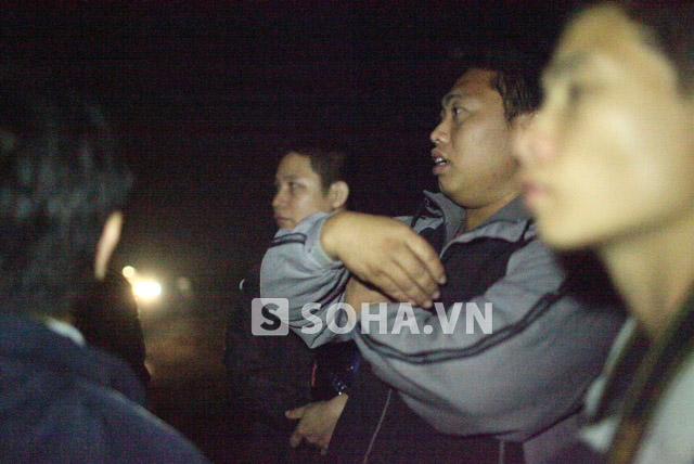 A Tuấn, người đứng khoanh tay phân tích cách tìm kiếm nạn nhân nhanh nhất.