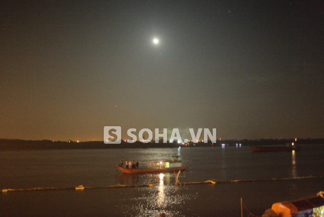 4 chiếc thuyền đang quần thảo mặt sông để thả móc lưỡi câu tìm kiếm. Người thân, lãnh đạo BV Bạch Mai ở trên 2 thuyền lớn hơn theo dõi ngay ở mặt sông.
