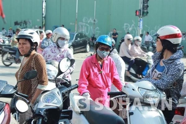 Dưới thời tiết khá oi bức, nắng nóng, nhiệt độ tại Hà Nội vào buổi trưa lên đến 35 - 37 độ C nhưng nhiều ông bố bà mẹ vẫn kiên tri, mắt hướng về phía cổng trường đợi con ra ngoài.