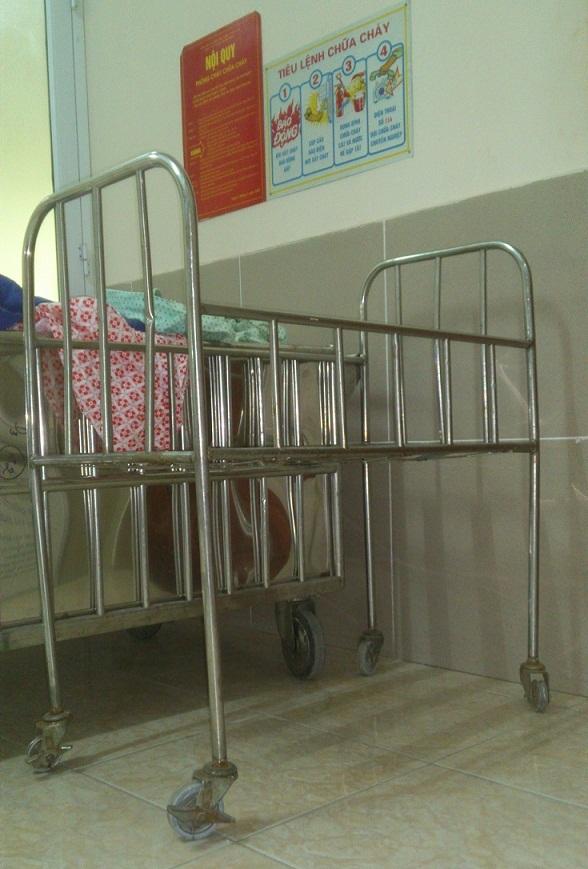 Chiếc xe đẩy thường được đưa đón các bé đi tắm (Ảnh do người nhà các bé cung cấp).