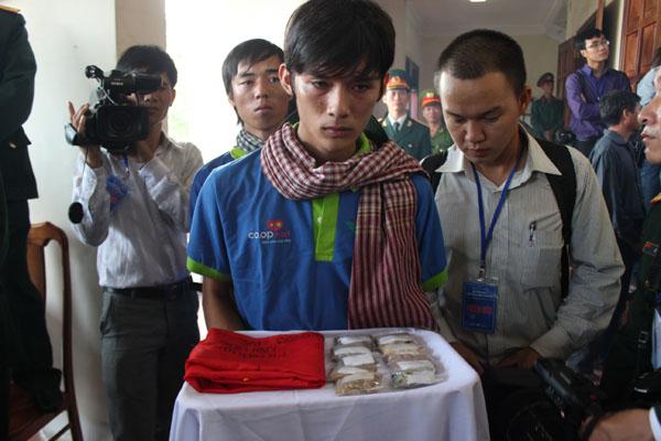 Đại diện thanh niên miền Nam mang đất tới Quảng Bình viếng Đại tướng.
