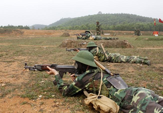 Chiến sỹ quân khu I luyện tập bắn AK bài 2 với các trang bị phòng hóa và yêu cầu điểm xạ hai viên một