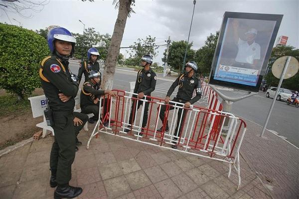 Lực lượng quân cảnh Campuchia cắm chốt trên đường phố Phnom Penh để giữ gìn trật từ tự cuối tháng 7/2013