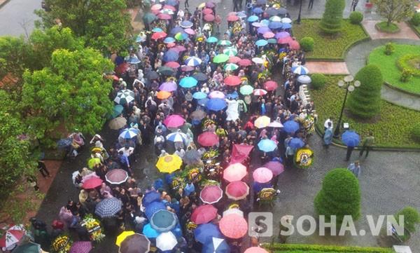 9h, trời Quảng Bình hửng sáng hơn nhưng vẫn mưa.