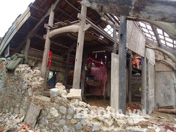 Nhà bị tốc mái, người dân gom lại chút ngói vỡ để lợp một góc làm chỗ trú mưa.