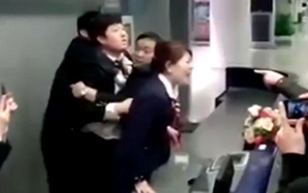 Tiếp viên Trung Quốc ăn đòn oan vì máy bay trễ giờ