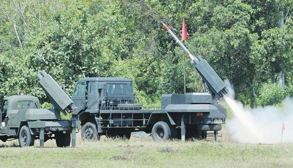 Pháo phản lực bắn loạt PLM 861 đang được thử nghiệm trên thao trường.