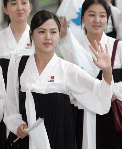 Bà từng sang Hàn Quốc năm 2005 trong thành phần đội cổ động cho các vận động viên Triều Tiên ở giải vô địch điền kinh châu Á.