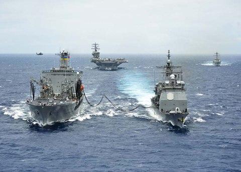 Một tàu chở dầu đang bơm nhiên liệu cho tuần dương hạm USS Princeton trong RIMPAC 2012. Ảnh: Navytimes