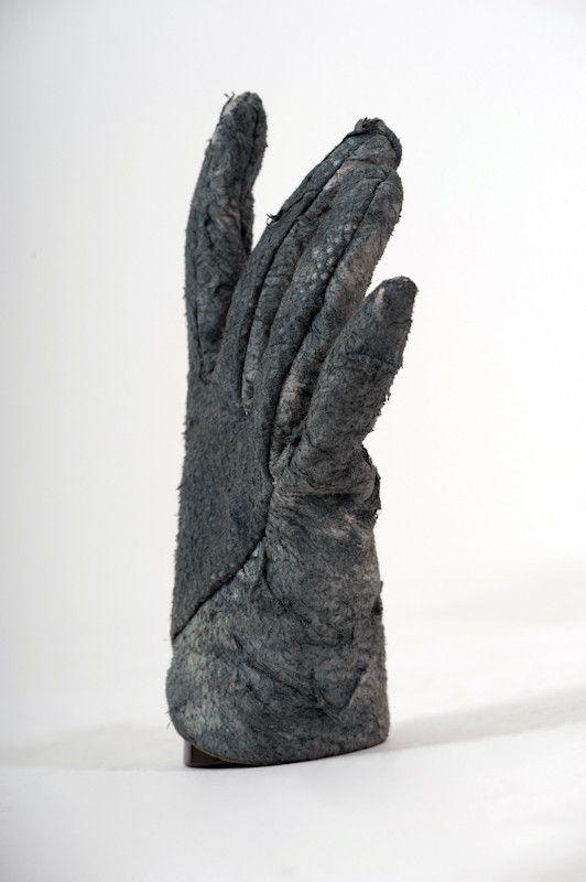 """Choáng với găng tay """"đau đớn"""" giá 20 triệu đồng"""