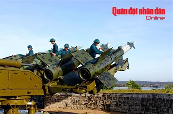 Tại Việt Nam, cùng với S-75, S-125 vẫn là hệ thống phòng không tầm trung chủ lực. (Trong ảnh: Công tác bảo quản đạn tên lửa).