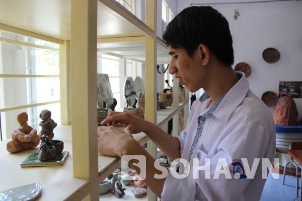 Phùng Văn Minh sờ để nhận ra các sản phẩm của mình.