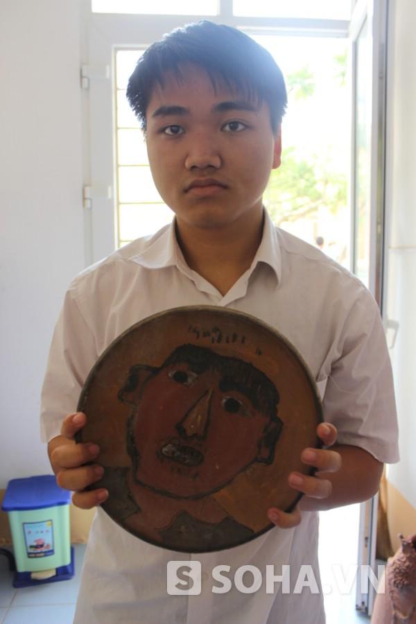 Mặc dù nhìn thấy mờ mờ, chỉ phân biệt được sáng tối, Lê Huy Hào tạo ra những tác phẩm đẹp.