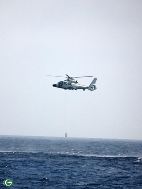 Trực thăng săn ngầm Z-9C đang thả phao sonar thủy âm