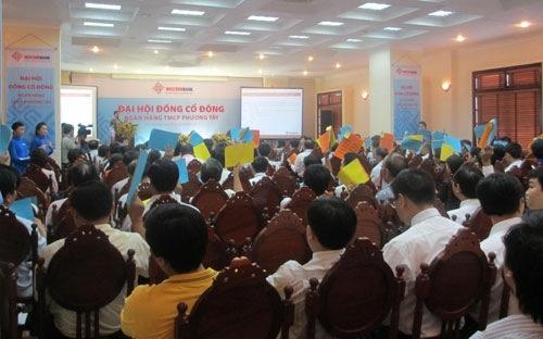 """Săm soi """"lùm xùm"""" ở các ngân hàng Việt đầu 2013"""