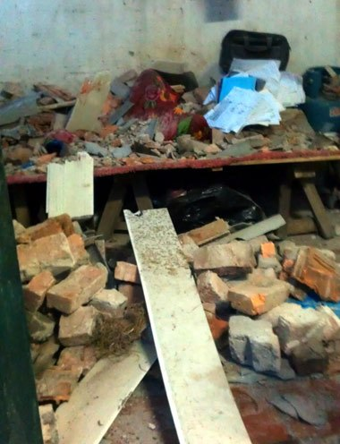 Bên trong ngôi nhà bị sập nơi anh Trần Hữu Đại tử vong. (Ảnh:Bùi Văn Huấn)