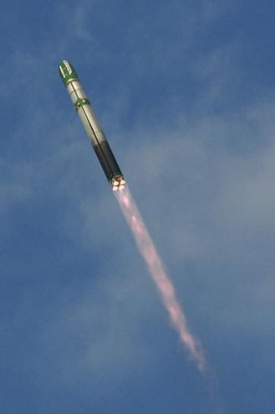 Siêu tên lửa liên lục địa Voyevoda được phóng đi từ hầm phóng cố định trên mặt đất.