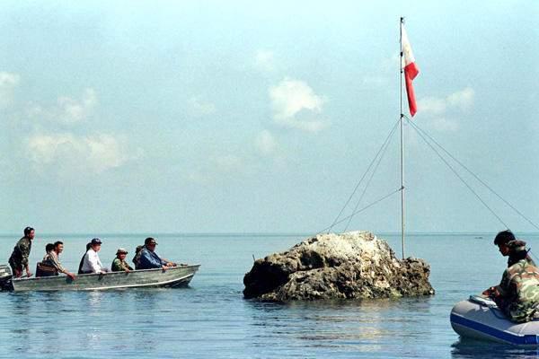 Lính Philippines tiếp cận bãi cạn Scarborough