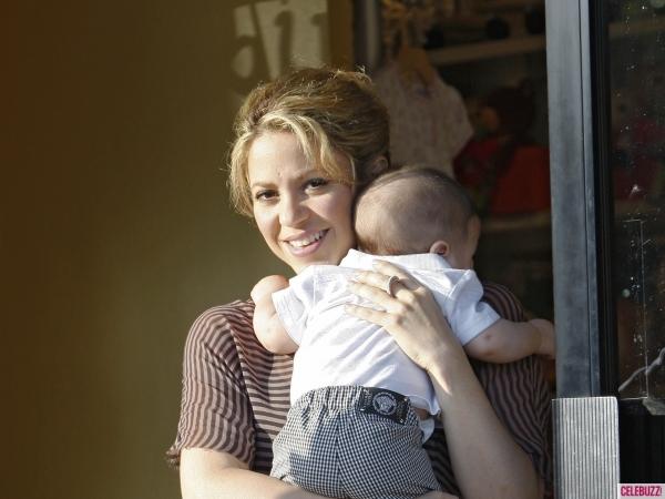 Shakira nghiện cho con bú