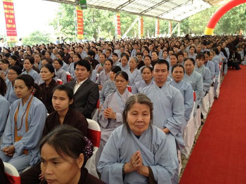 Hàng nghìn tăng ni, phật tử và người dân có mặt tại chùa Bái Đính để tham dự lễ cầu siêu, nhiều người trong số họ có người thân bị tử nạn khi tham gia giao thông.