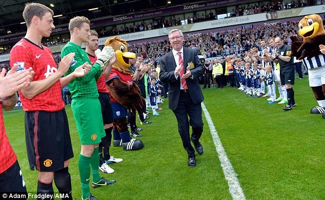 Sir Alex được chào đón trên sân của West Brom