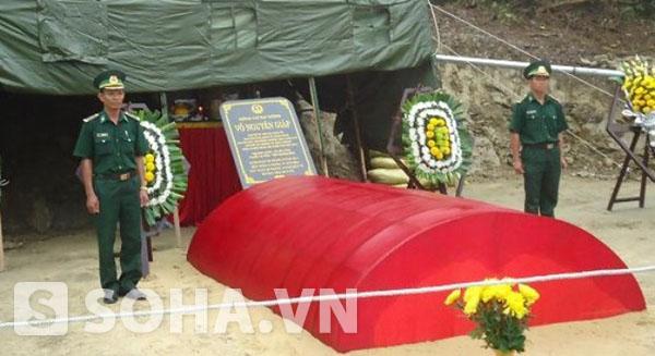 Bên phần mộ Đại tướng ở Vũng Chùa - Đảo Yến luôn có hai chiến sỹ biên phòng đứng canh gác nghiêm trang.