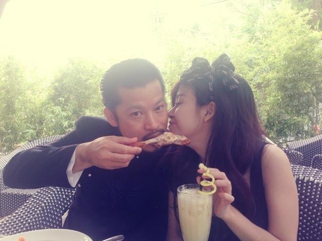 Hình ảnh thân mật giữa ông Hùng Cửu Long và Bà Tưng.