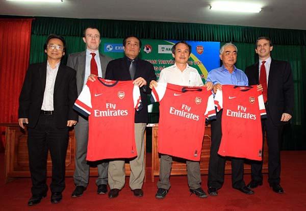 Đại diện đội tuyển Asenal tặng áo cho các quan chức bóng đá Việt Nam, bầu Đức, ông chủ Eximbank Lê Hùng Dũng. (Ảnh: Vietnamplus).