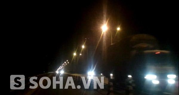 Tới 0 giờ đêm lượng phương tiện lưu thông qua cầu Thanh Trì vẫn khá đông.