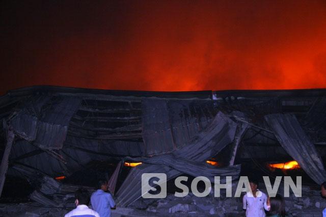 Khói, lửa đỏ rực một góc trời nơi xảy ra vụ hỏa hoạn.
