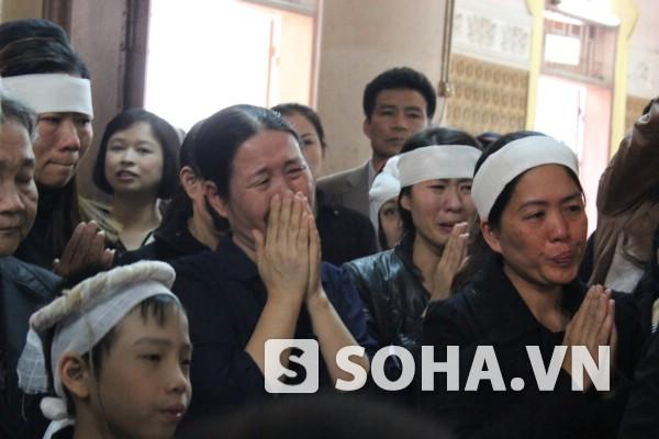 Những tiếng khóc nghẹn ngào của người thân trong lễ truy điệu, phát tang nhân 49 ngày chị Huyền.