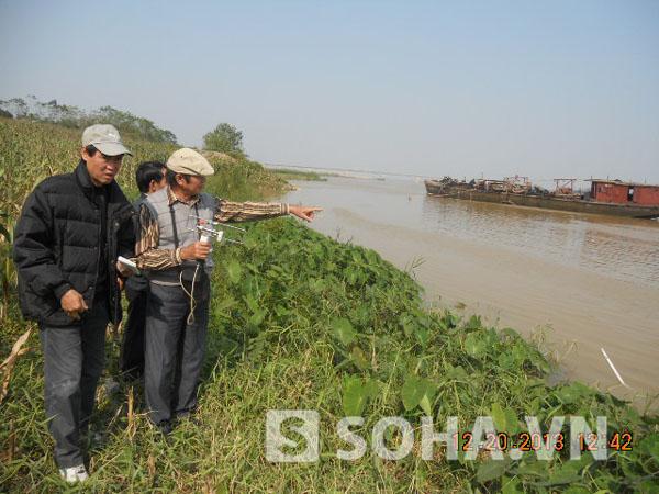 Gia đình và TS Bằng đang tiến hành khảo sát, tìm kiếm trên sông Hồng.