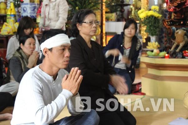 Chồng và mẹ đẻ chị Huyền trong lễ đưa di ảnh lên chùa nhân 49 ngày.