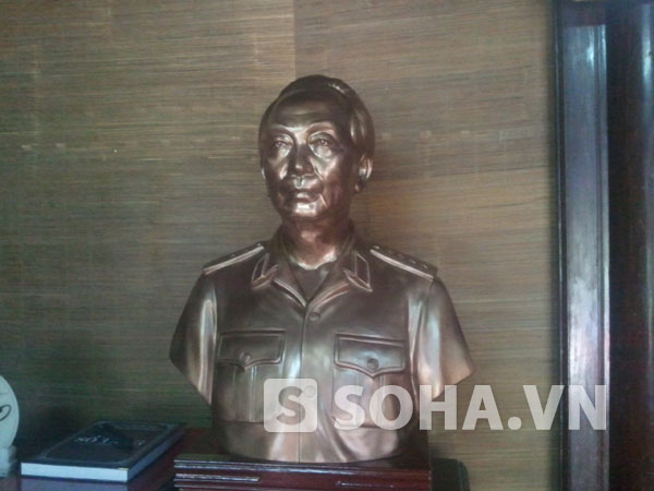 Bức tượng chân dung bán thân của Đại tướng được đặt trang trọng trong căn nhà.