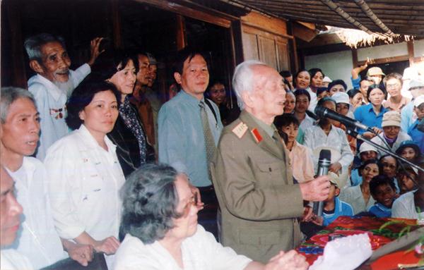 Đại tướng trò chuyện với bà con nhân dân ngay tại chính ngôi nhà nơi người sinh thành, làng An Xá, Lộc Thuỷ, Lệ Thuỷ, Quảng Bình.