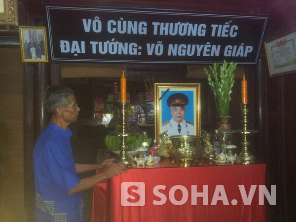 Bàn thờ Đại tướng Võ Nguyên Giáp được lập ở nơi thành kính nhất trong ngôi nhà tại làng An Xá.